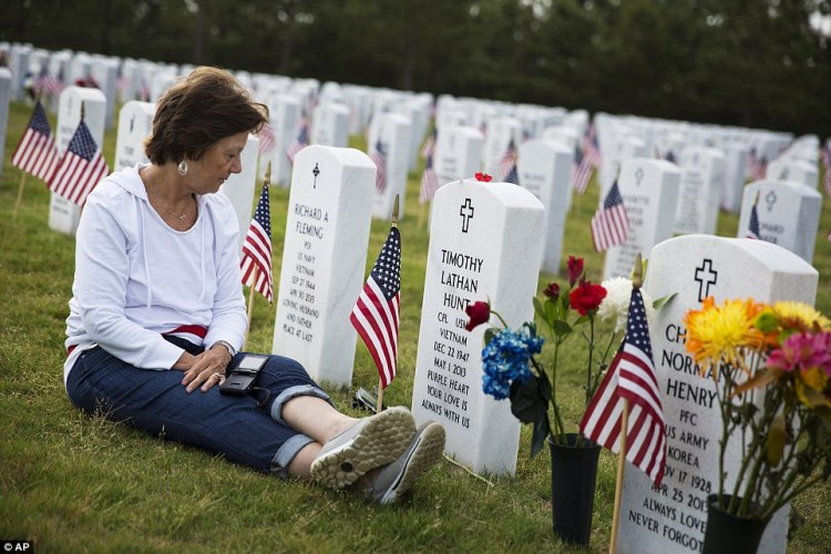 2910B88300000578-3096297-_I_come_every_Memorial_Day_says_Hunt_of_visiting_her_husband_s_g-a-74_1432586442899